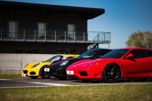Ferrari, Lotus, Porsche devant le batiment
