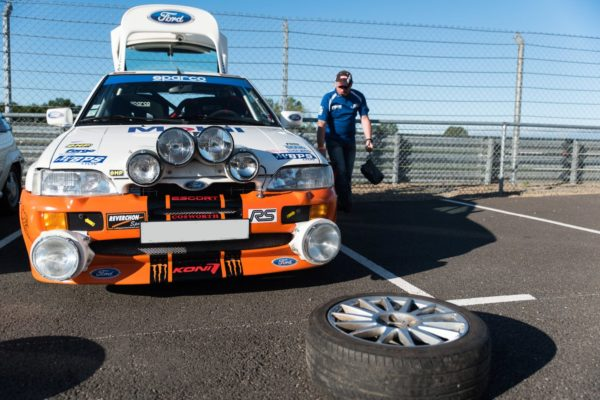 Photo voiture et roue sur circuit asphalte