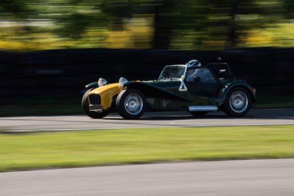 Ancienne voiture sur circuit
