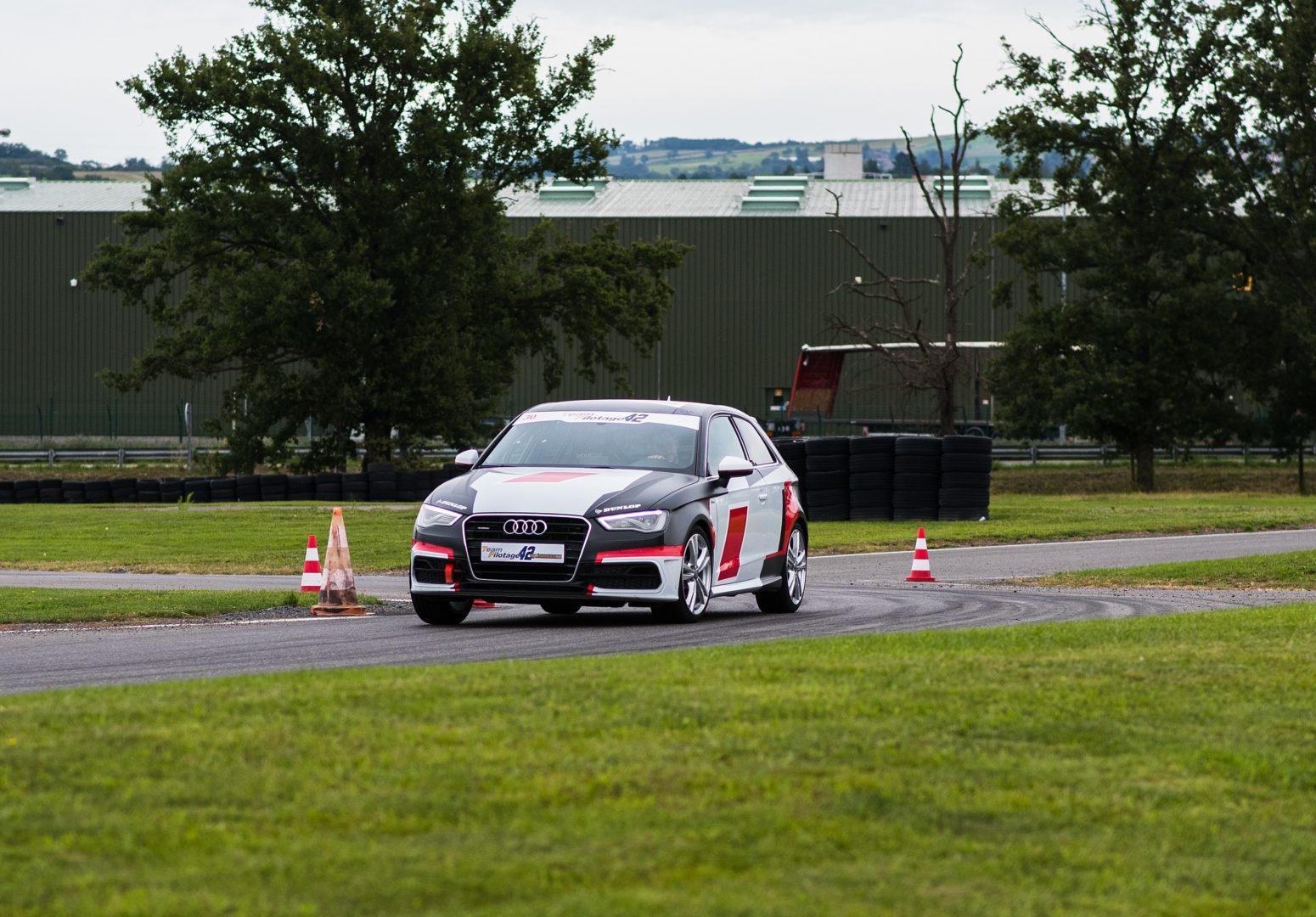 Audi A3 sur circuit avant 2
