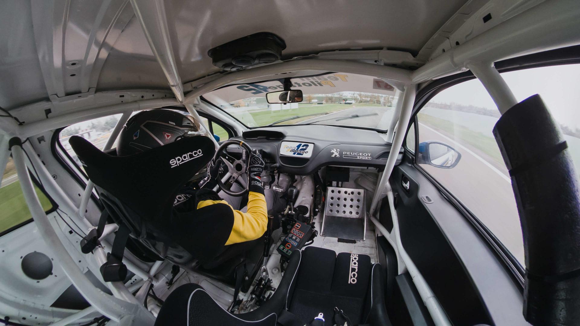 208 RC intérieur - team pilotage 42